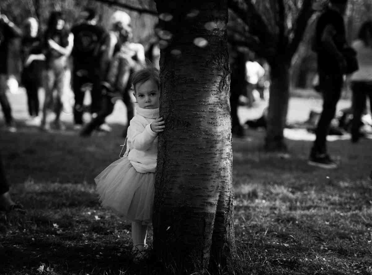 dziewczynka za drzewem